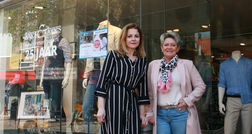 Wenneke en Gerda voor het pand aan de Kerkstraat