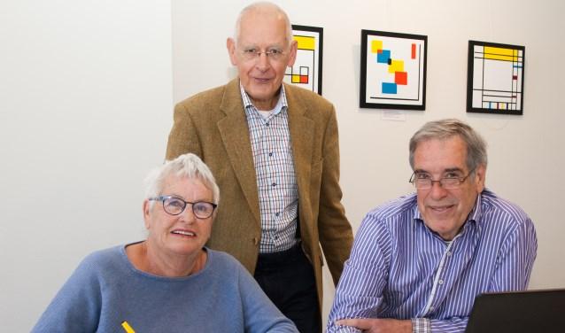 Voorzitter Fred Voortman (midden) en coordinatoren Bep Molenaar en Jan Kromwijk tijdens het spreekuur in het Evertshuis