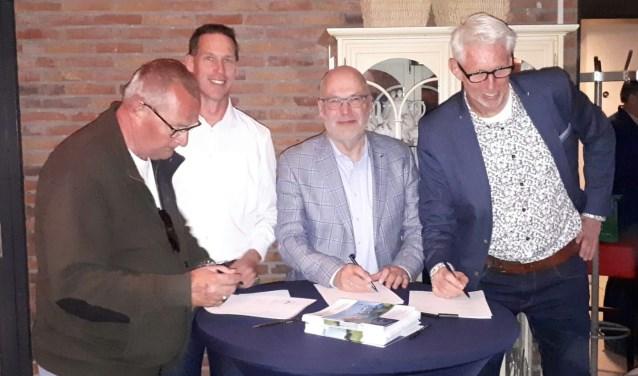 Op de foto staan v.l.n.r.: Peter Giezeman (bestuurslid collectief Rijn & Gouwe Wiericke), Jan Willem van Niekerk (bestuurslid collectief Rijn & Gouwe  Wiericke), Bernhard de Jong (hoogheemraad De Stichtse Rijnlanden) en Robèrt Smits (wethouder Gemeente-Bodegraven Reeuwijk)