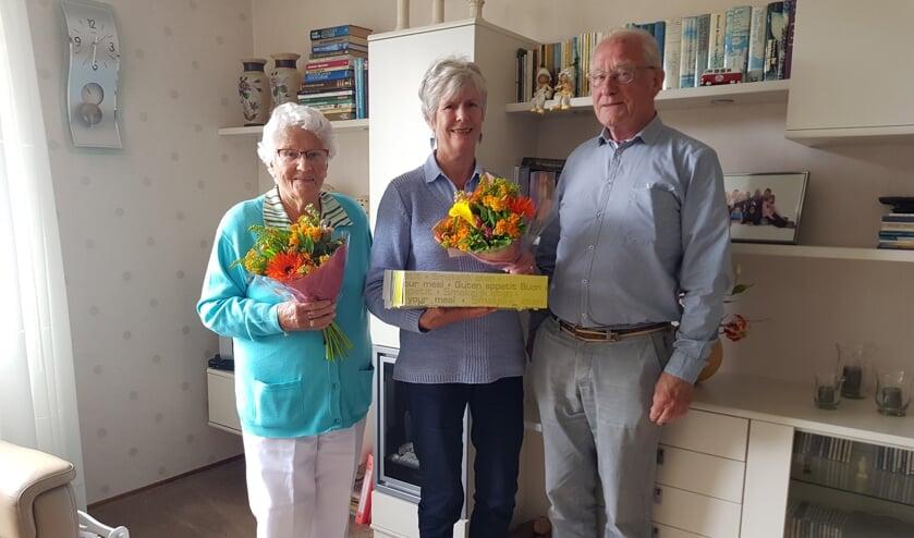 De heer en mevrouw Bouman en mevrouw van Uffelen, drie van de senioren die getrakteerd werden op een lentelunch