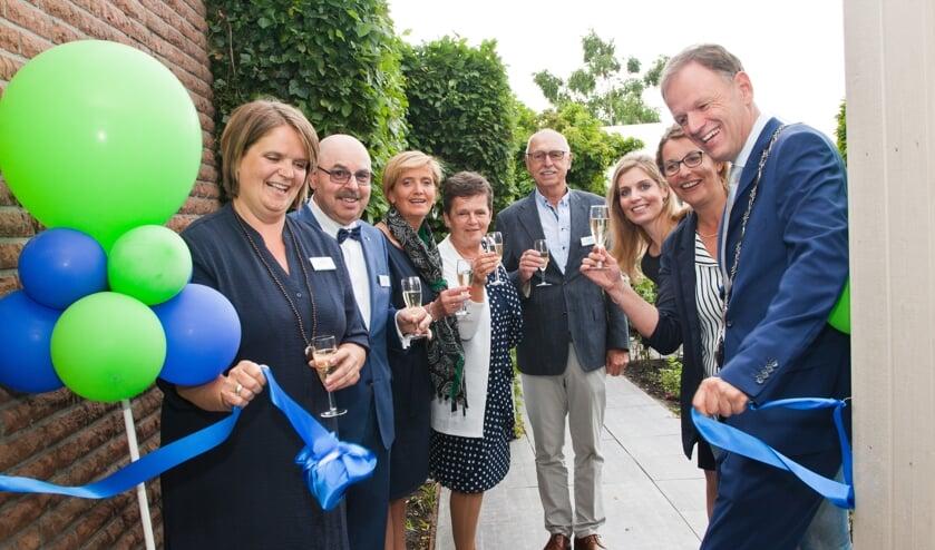 Onder toeziend oog van het hospicebestuur openen Nelleke Mouthaan en burgemeester Van der Kamp het nieuwe hospice