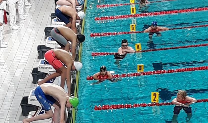 start, Bjorn is de middelste zwemmen, blauwe zwembroek en witte badmuts