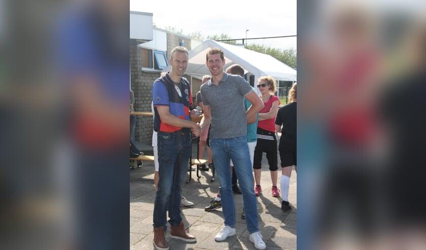 Jacob van der Wolk (links) door verenigingsvoorzitter Arjan Griffioen onderscheiden als vrijwilliger van het jaar.