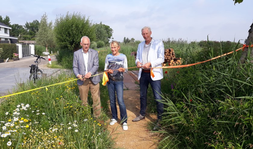 V.l.n.r. wethouder Kees Oskam, Marjolein Buitelaar van dorpsteam Sluipwijk, initiatiefneemster en wethouder Robèrt Smits.