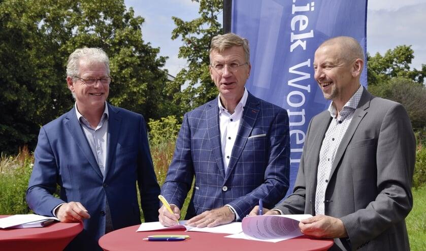 Van links naar rechts: Dirk-Jan Knol, Ron de Haas (Mozaïek Wonen) en Karel van Berk (Ouden Huis)