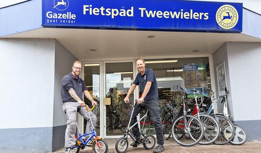 Jan Arendshorst (rechts) met een van zijn medewerkers op een 12 inch-fiets.