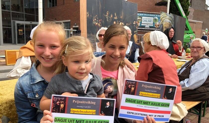 Wat waren Gerline Gravenland en Anouk Hogendoorn blij dat zij het beste opstel gemaakt hadden over Rembrandt. Het geluk kon in elk geval niet op want de dames kregen voor het hele gezin een dag naar het Rijksmuseum. Beeld: Pancras Kuipers