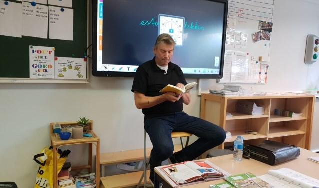 Arie van Driel leest een verhaal voor uit de bundel 'Vriendschap'.