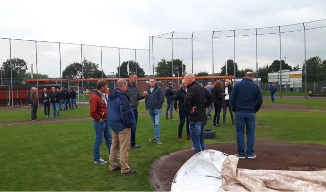 Een delegatie sportambtenaren uit verschillende gemeenten bezoekt sportpark De Sporthoek.