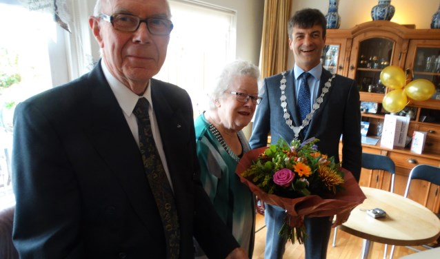 Het bruidspaar met burgemeester Van de Stadt.