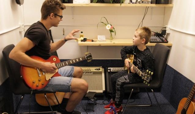 Nieuwsgierige kinderen kregen de gelegenheid om te pingelen op een instrument. (Foto: PR)