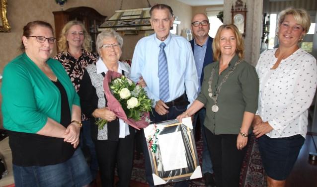 Joop en Jannie op de foto met een deel van hun kinderen en aanhang en met loco-burgemeester Kathy Arends.