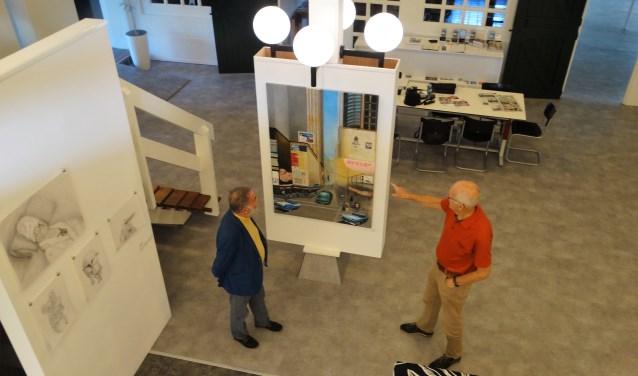 Kunstminnaars Tom van Giessen (l) en Rien van der Linde in de kunstgalerie.