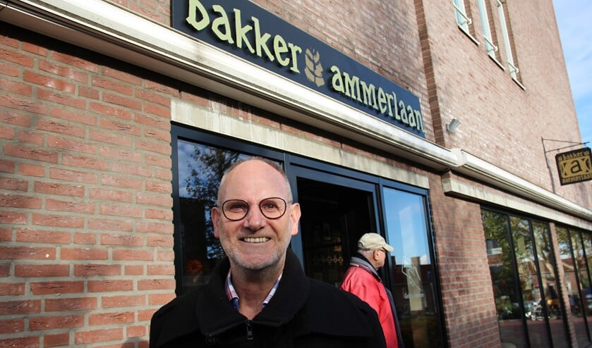 Frans bij de nieuwe winkel van Bakkerij Ammerlaan in het herontwikkelde deel van winkelcentrum Bleiswijk.