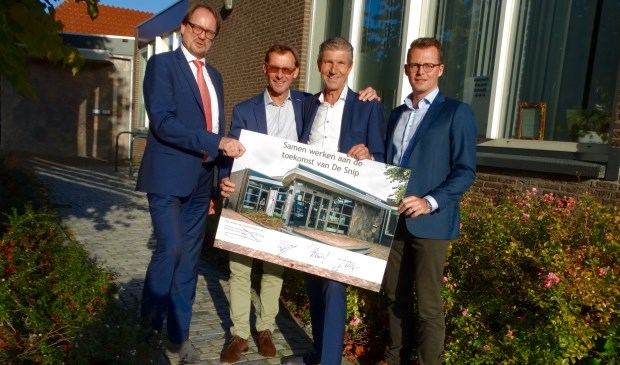 Van links naar rechts: Machiel van Duijn, Ed van den Broek, wethouder Simon Fortuyn en Jan Houweling.
