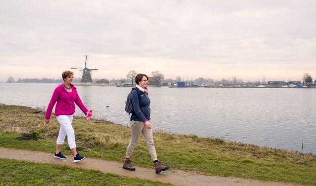 Larinda Bok en Bertine Sonneveld-Lam tijdens een wandeling bij de Rottemeren. (Foto: Marjolein van Rotterdam)