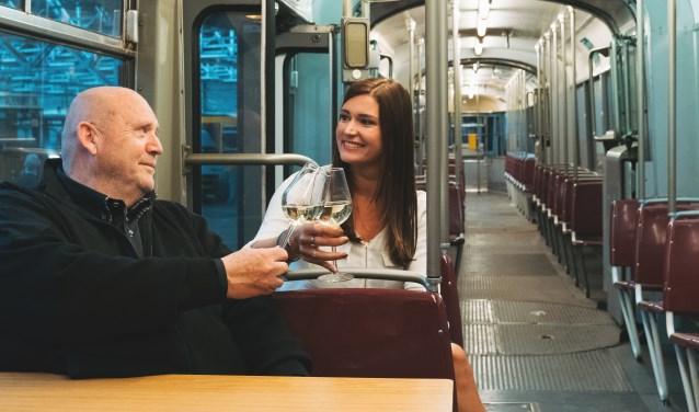 Initiatiefneemster Suzanne Knegt en horecapartner Ad Janssen in de tram. (Foto: PR)