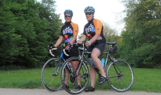 """Gerdian (rechts) en Nina. Gerdian: """"Peters silhouet is te zien op het kleurrijke shirt."""""""