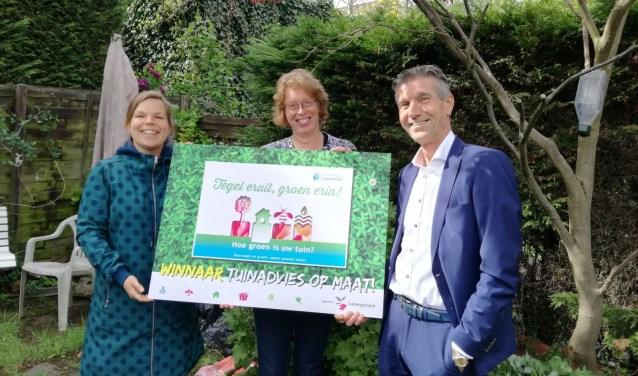 Annemarie Kok, programmaleider Groen en Spelen van de gemeente Lansingerland, winnares Margreet Kuipers en wethouder Fortuyn.