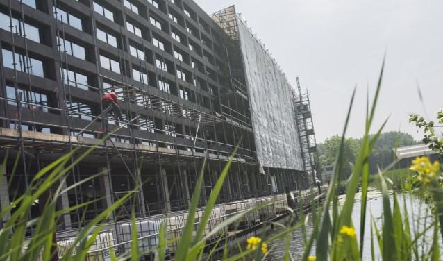 Het nog geen zes jaar oude gebouw kampt met ernstige gebreken.