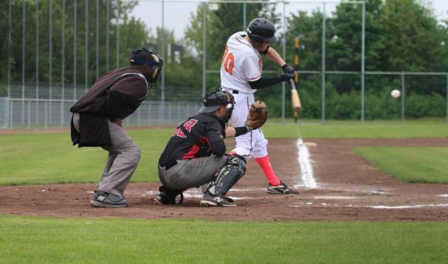 Midvelder Roy Winkel aan slag. Vanwege Moederdag speelden veel spelers met roze accenten in hun uitrusting. (Foto: PR