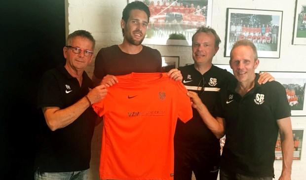 Dave toont trots het oranje tricot van Soccer Boys. (Foto: Leo Schoovers)