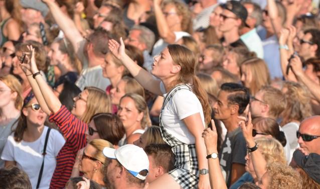 Het publiek zong luidkeels mee met de hits van Bløf. (Foto's: Spa Media)