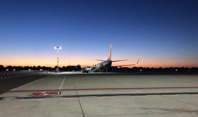 In de zomermaanden vliegen vliegtuigmaatschappijen met grote regelmaat in de late avond. (Foto: Denise Quik)