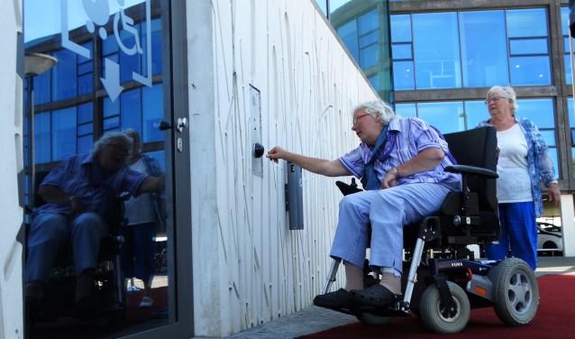 Aan Els van der Snel-Hoogerdijk (rechts) en Arma Fokkema de eer om de lift te openen.