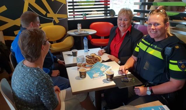 """""""Wat honing voor een beer is, is koffie voor een smeris"""", aldus wijkagent Annemiek Roos."""
