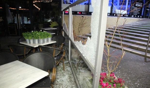 In de Nieuwjaarsnacht werd een spoor van vernieling achtergelaten in het centrum van Berkel. (Foto: Spa Media)