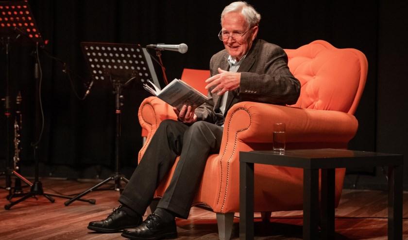 Jan Terlouw verzorgt het 'hoofdgerecht' van de literaire lunch in 't Web. (Foto: Jaap Koole)