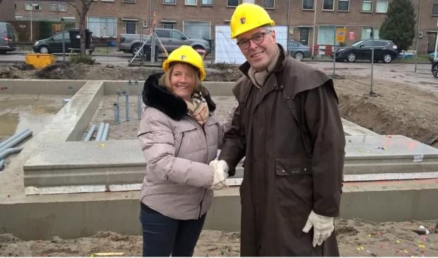 Wethouder Kathy Arends op de plek waar gebouwd gaat worden. (Foto: Twitter/@ArendsKathy)