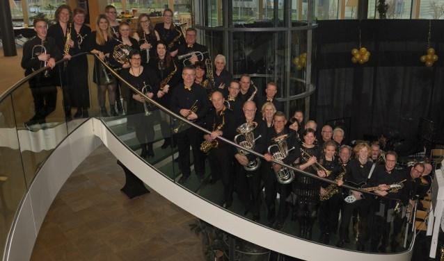 Alle orkestleden op de trap in het gemeentehuis.