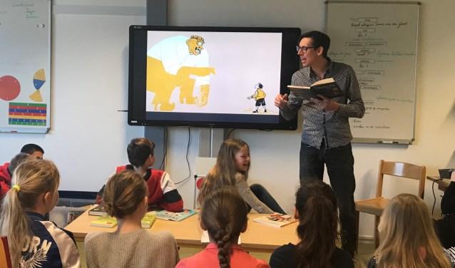 Simon van der Geest leest een stuk voor uit zijn nieuwe boek.