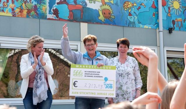 Margriet van Stichting Jarige Job neemt de cheque in ontvangst.