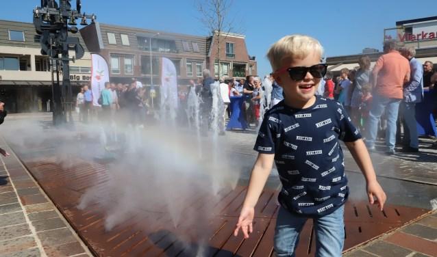 Het nieuwe waterelement is een echte blikvanger op het plein. Vooral de jeugd vond de fontein erg interessant. (Foto: Spa Media)