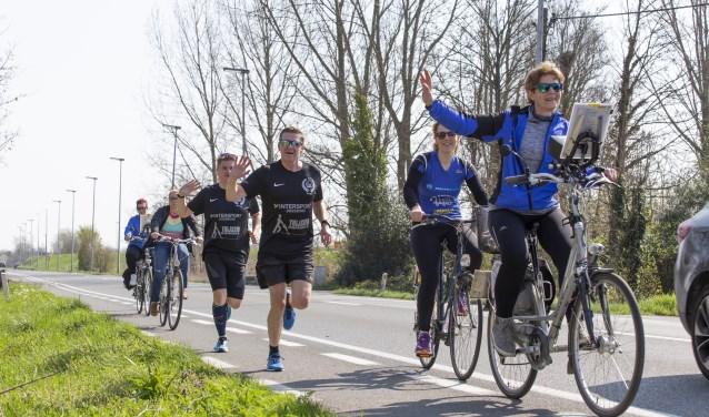De fietsers in team 40 zijn voor de lopers van onschatbare waarde. (Foto: archief)