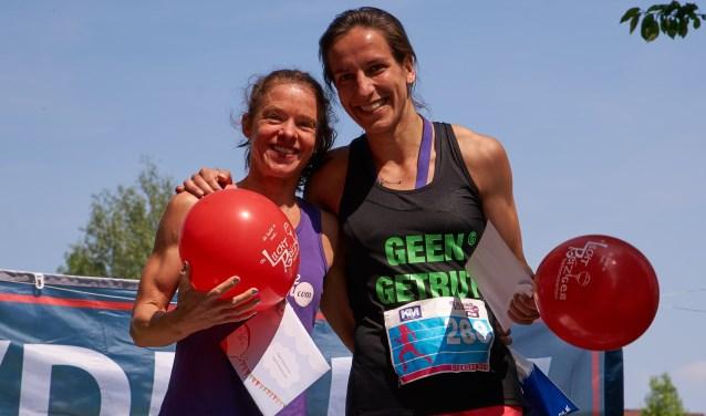Loes Lunen (links) won de 5 kilometer en Annick Taselaar won de 10 kilometer. (Foto: John van Amsterdam)