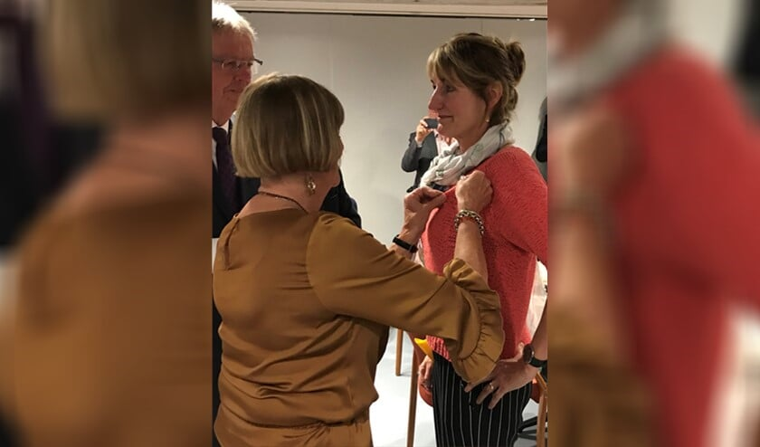 Ria van der Burg krijgt de gouden speld uitgereikt van Taeke Halma en Wil Kool voor haar inzet bij CDA afdeling Berkel en Rodenrijs