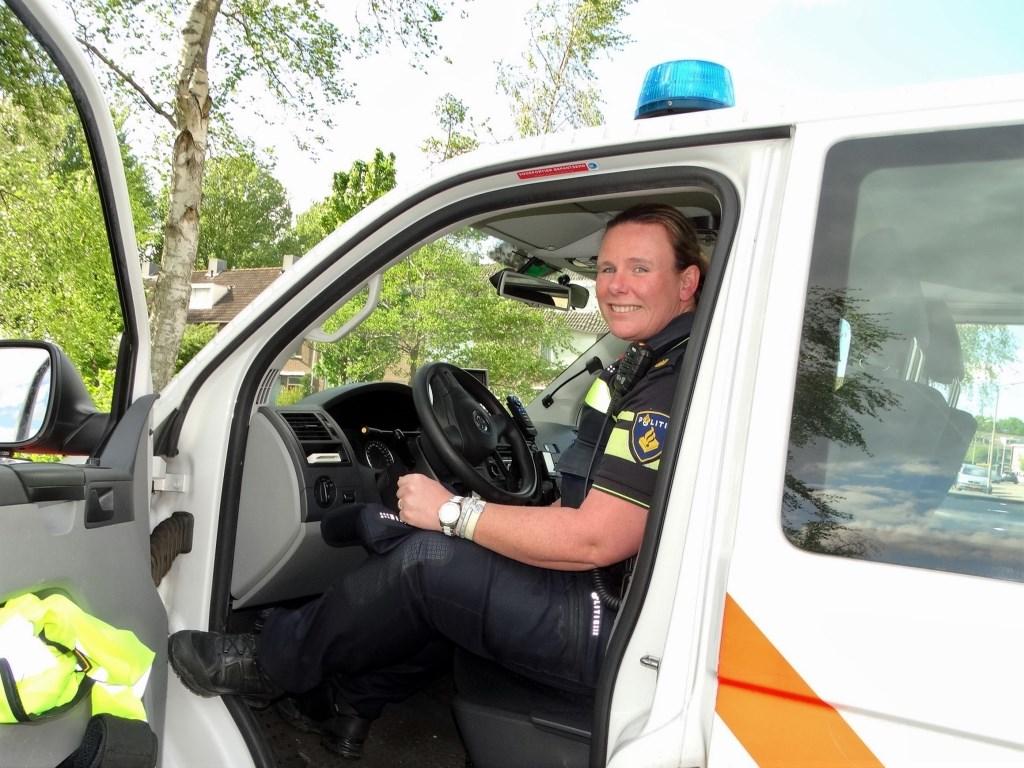 Annemiek zit graag achter het stuur van de politieauto.  © hartvanlansingerland