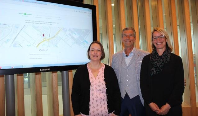 Xandra van den Nouwland, wethouder Simon Fortuyn en Corinne van den Heuvel lanceren de app BuitenOpOrde.