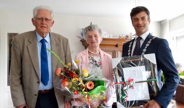 Kees en Alie zijn vereerd met het bezoek van de burgemeester.