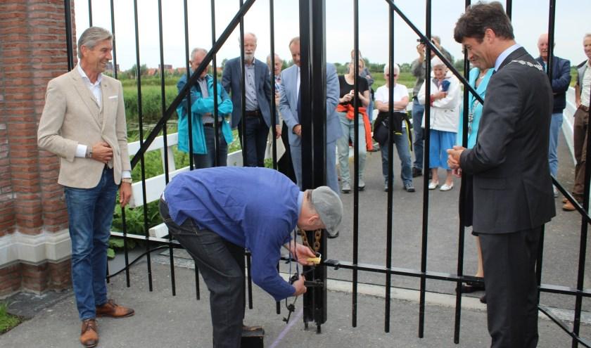 Burgemeester Van de Stadt wacht tot hij burgemeester Ravestein van Pijnacker-Nootdorp de hand kan schudden. (Foto: PvdA Lansingerland)