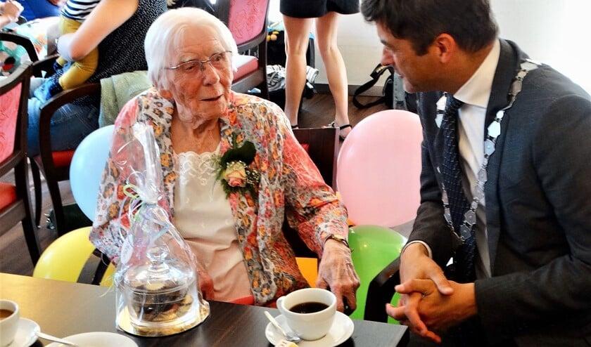 Mevrouw Meeuwse in gesprek met burgemeester Van de Stadt.