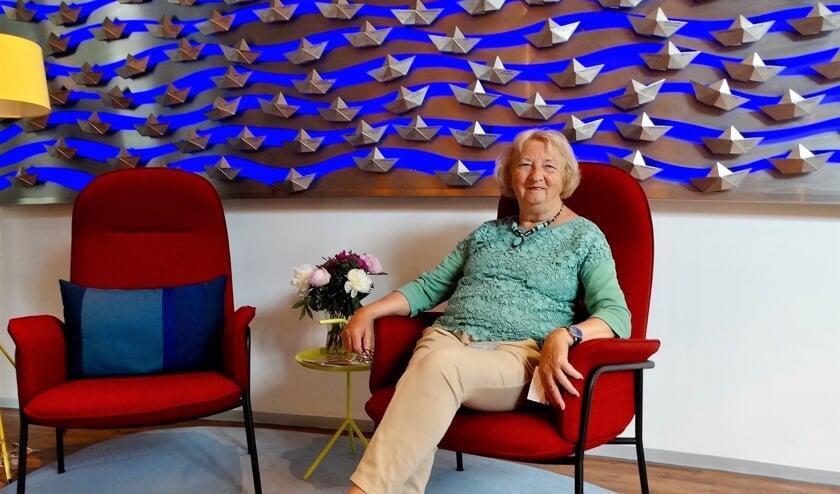 Annemarie in de ontvangstruimte met de vele 'sponsor' bootjes.