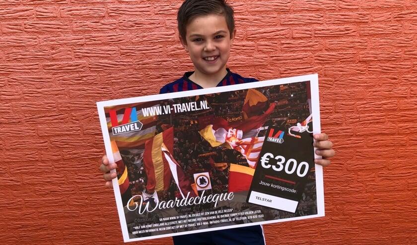 Emre toont trots de cheque ter waarde van 300 euro.