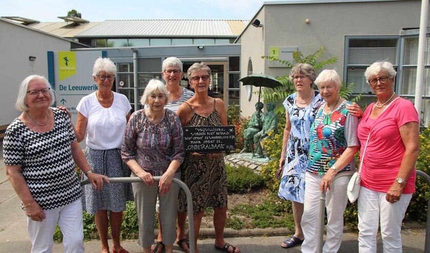 Deze vrouwen zijn vanaf het prille begin vrijwilliger bij De Leeuwerik onder leiding van Tonnie Oosterlaan die al twaalf jaar 'de boel' coördineert. Van links naar rechts: Lenny, Tonnie, Nel, Tineke, Wil, Annie, Riet en Ina.