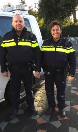 Wijkagent Overschie West Helma van Lambalgen en collega Peter van Roon Overschie Oost