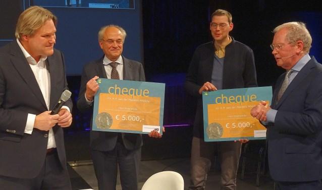 De cheques voor de twee goede doelen. Tweede van links Leen den Otter van de stichting Klassiek in Rhoon.